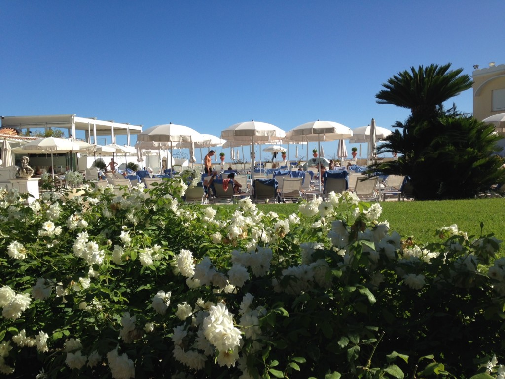 La terrazza del Grand Hotel Quisisana con la piscina, il ristorante e l'accesso alla spa