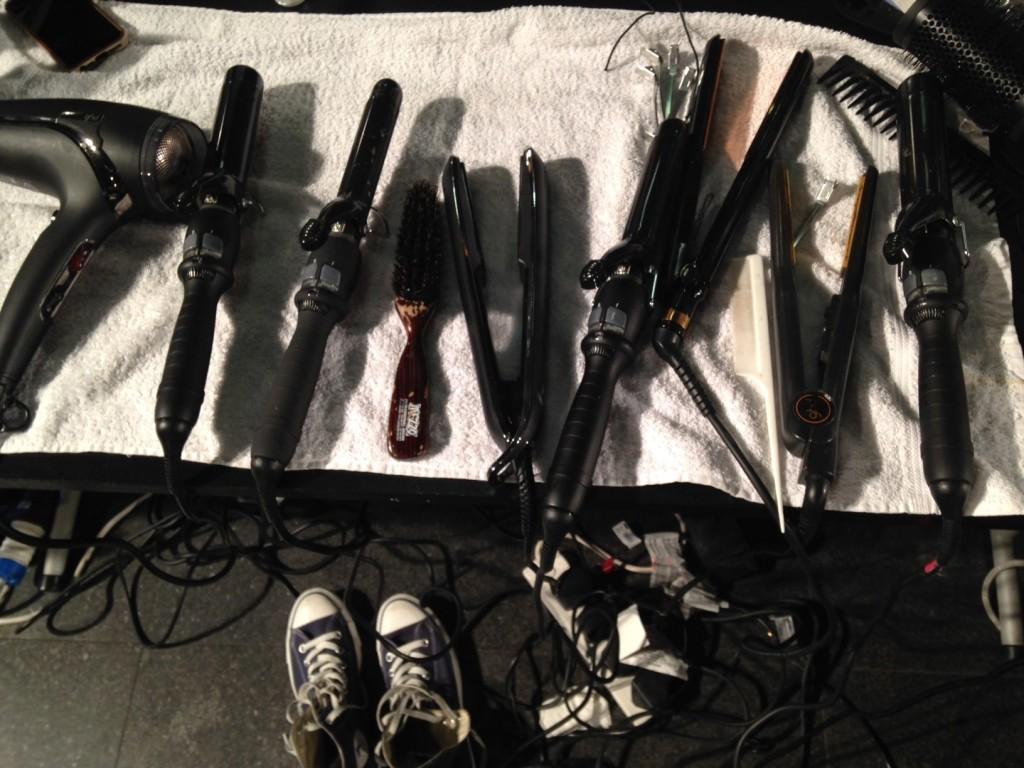Gli strumenti per realizzare morbide onde, backstage della sfilata P/E 2015 Dsquared2