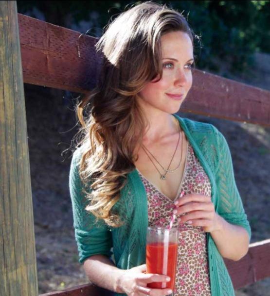 Julie Morris con in mano uno dei suoi succhi/cocktail